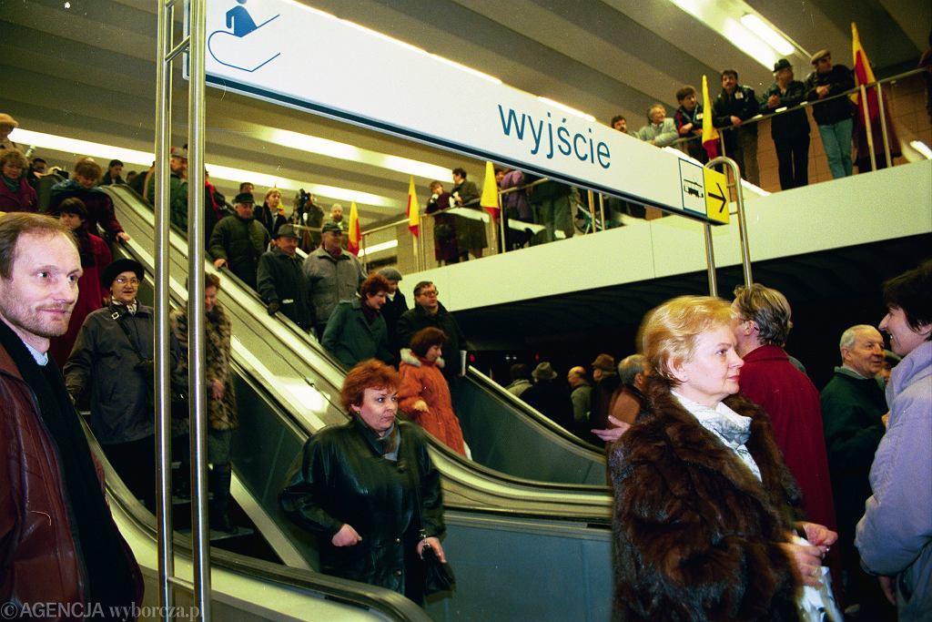 Pierwsi pasażerowie na stacji Wilanowska w dniu otwarcia metra 7 kwietnia 1995 roku