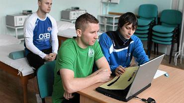Paweł Piceluk (w zielonej koszulce) i Paweł Szymański (z tyłu) na badaniach w OSW