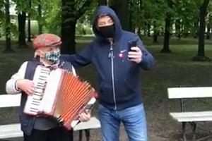 """Zbigniew Boniek wywołał burzę na Twitterze. """"Po co pan go dotyka?"""" [WIDEO]"""