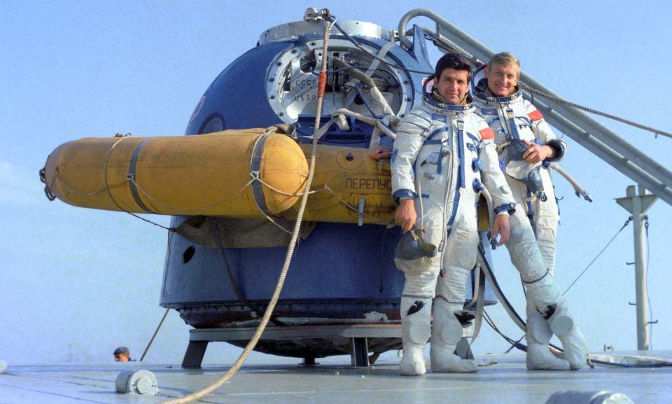 Mirosław Hermaszewski i Piotr Klimuk na Krymie podczas przygotowań do startu (fot. Alexander Mokletsov/East News / mat. prasowe)