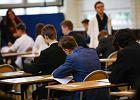 """Egzamin ósmoklasisty będzie trudniejszy. Ekspert: """"Tylko po co? Już teraz uczą się po 10 godzin dziennie"""""""