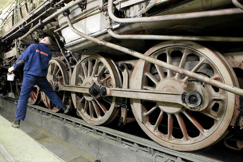 Fabryka Pojazdów Szynowych . Remontowana lokomotywa Ty51 , która ma stanąć przed stadionem Lecha Poznań przy ulicy Bułgarskiej