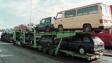 Laweta z samochodami sprowadzanymi z Niemiec na przejściu granicznym w Kołbaskowie, 23 marca 2001 r.