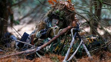 Ochotnik Damian Trynkiewicz (SJS Strzelec) podczas ćwiczeń obrony terytorialnej - lasach w okolicach Mińska Mazowieckiego