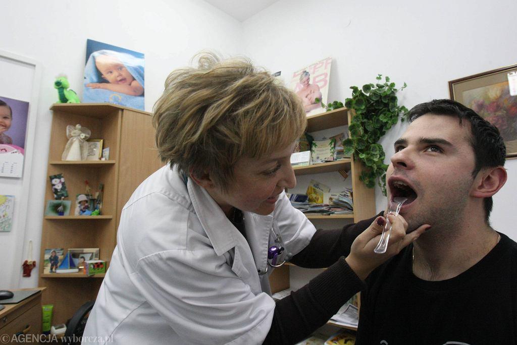 Przychodnia w Lublinie. Badanie pacjenta z grypą