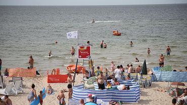 Plaża w Międzyzdrojach. Parawany wokół stanowiska ratownika