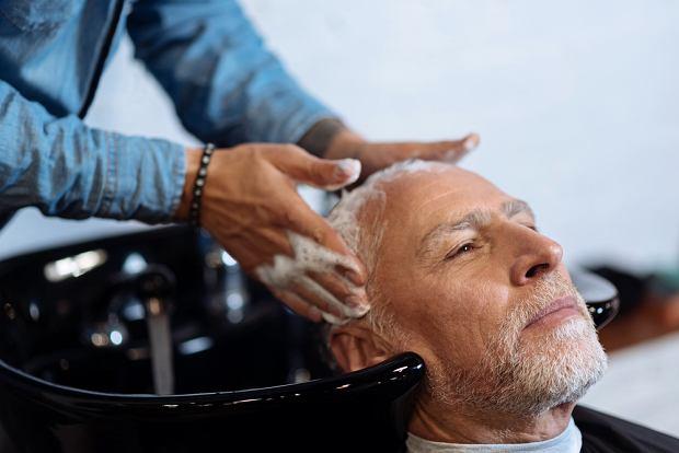 Włosy, które straciły swój kolor, są sztywniejsze, szorstkie, bardziej suche i wymagają odpowiedniej pielęgnacji
