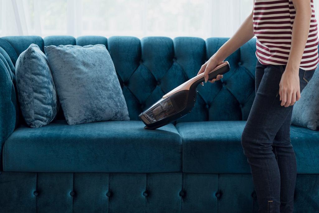 Odkurzacz ręczny świetnie sprawdzi się do czyszczenia kanapy