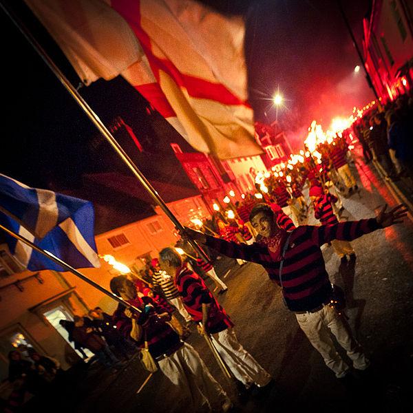 Bonfire Night (Noc Guy'a Fawkesa), High St. Lewes, East Sussex, Anglia, Wielka Brytania / fot. Heather Buckley/CC/Wikipedia