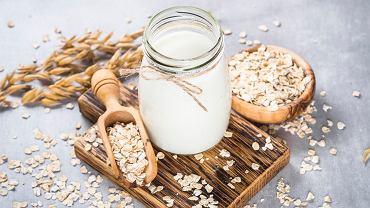 Mleko owsiane jest źródłem wielu cennych witamin. Zdjęcie ilustracyjne