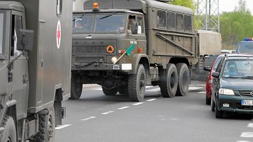 Wojsko znów wyjechało na drogi. Powstaje pytanie: czy można wyprzedzać kolumnę wojskową?