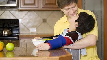 Mózgowe porażenie dziecięce najczęściej diagnozowane jest przed ukończeniem drugiego roku życia. Podstawą leczenia jest rehabilitacja oraz terapie wspomagające, np. dogoterapia.
