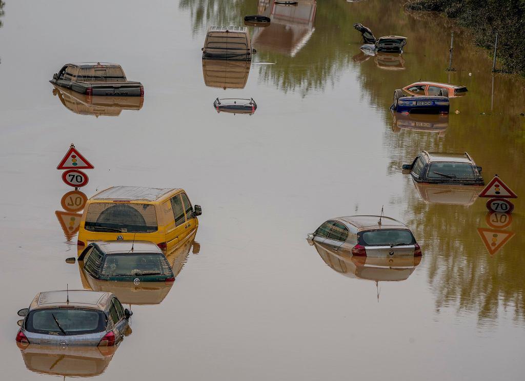 Powódź w Niemczech. Zalane samochody
