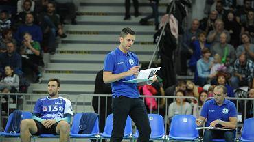 Michał Mieszko Gogol (stoi) chce pozostać trenerem Stoczni Szczecin