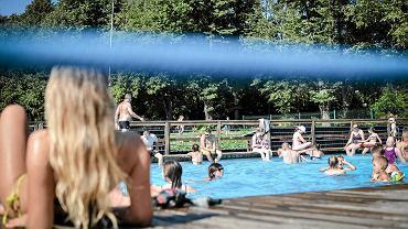W niedzielę termometry w Lublinie wskazywały 29 stopni. Po serii chłodniejszych dni wreszcie można było nacieszyć się letnimi atrakcjami jakie w swojej ofercie ma miasto. Tu zdecydowanym numerem jeden jest Słoneczny Wrotków nad Zalewem Zemborzyckim gdzie wybudowany kilka lat temu kompleks basenów przy dobrej pogodzie cieszy się niesłabnącym zainteresowaniem. Nie inaczej było też w niedzielę. Kompleks Słoneczny Wrotków znajduje się na świeżym powietrzu i składa się z pięciu basenów o różnej wielkości: basenu pływackiego, basenu 25-metrowego, dwóch basenów 12 metrowych oraz 7-metrowego brodzika. Jest też 100 metrowa zjeżdżalnia, 'anakonda', trójtorowa zjeżdżalnia rodzinna oraz zjeżdżalnia ,,cebula'. W najcieplejsze dni wakacji wypoczywało tu nawet trzy tysiące osób. Podczas całego ubiegłorocznego sezonu Słoneczny Wrotków odwiedziło ponad 50 tysięcy ludzi. W tym roku został otwarty 24 czerwca. Słoneczny Wrotków działa od godz. 9 do 20.