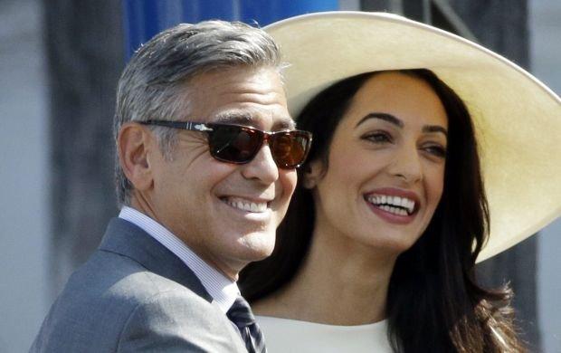 George Clooney i Amal Alamuddin w sobotę wzięli ślub w gronie najbliższych, na którym złożyli, napisaną przez siebie, przysięgę małżeńską. Teraz nadszedł czas na zawarcie małżeństwa w świetle prawa. Państwo młodzi w poniedziałek 29 września przybyli łodziami do weneckiego Ca'Farsetti, przepięknego XIV-wiecznego pałacu, w którym mieści się ratusz. W nim odbyła się cywilna ceremonia.