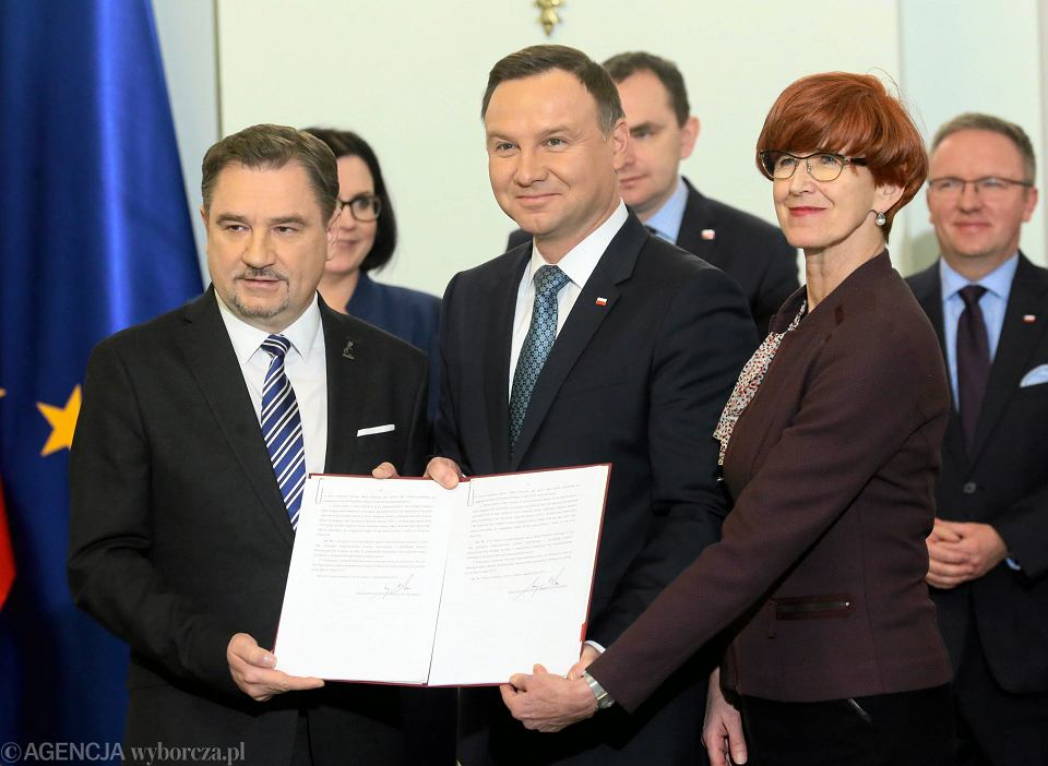 Grudzień 2016, Andrzej Duda, minister pracy Elżbieta Rafalska i szef 'Solidarności' Piotr Duda podczas podpisania ustawy o obniżeniu wieku emerytalnego
