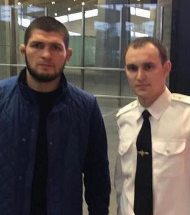 Chabib Nurmagomiedow i celnik z lotniska w Moskwie