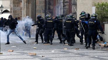 Czechy. Protest przeciwko ograniczeniom związanym z koronawirusem. Policja musiał użyć armatek wodnych
