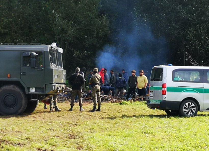 Kilkadziesiąt osób koczuje na granicy polsko-białoruskiej w Usnarzu Górnym. Wśród nich są kobiety z dziećmi