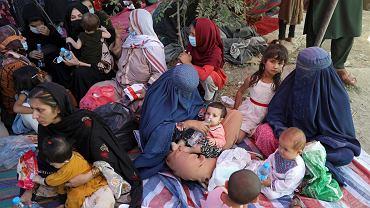 Afgańczycy z północnych prowincji, którzy uciekli z domów z powodu walk między talibami a afgańskim personelem bezpieczeństwa, koczują w publicznym parku w Kabulu, 10 sierpnia 2021.