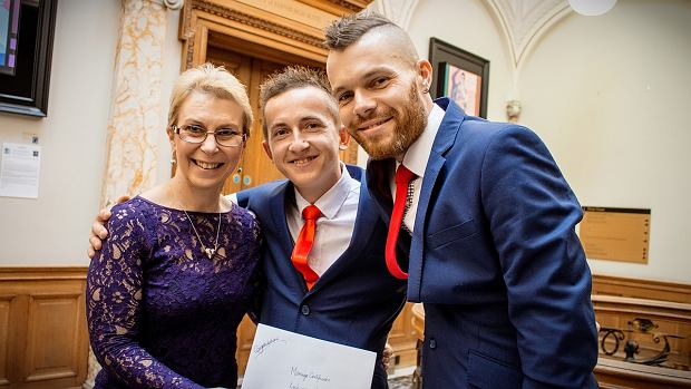 Młoda para w towarzystwie urzędniczki Urzędu Stanu Cywilnego w Edynburgu. Łukasz i Łukasz pobrali się w październiku 2016 roku