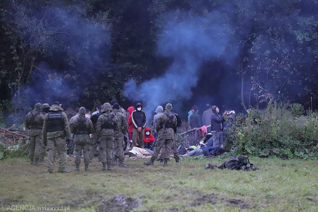 Grupa Afgańczyków i Afganek koczująca w Usnarzu Górnym na granicy polsko - białoruskiej.