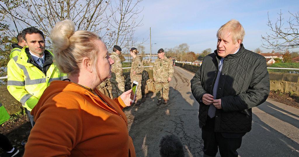 Wielka Brytania. Boris Johnson odwiedził dotknięte powodzią miasto Stainforth