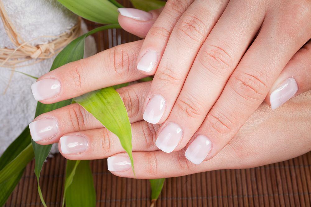 Manicure japoński to zabieg pielęgnacyjny. Zdjęcie ilustracyjne