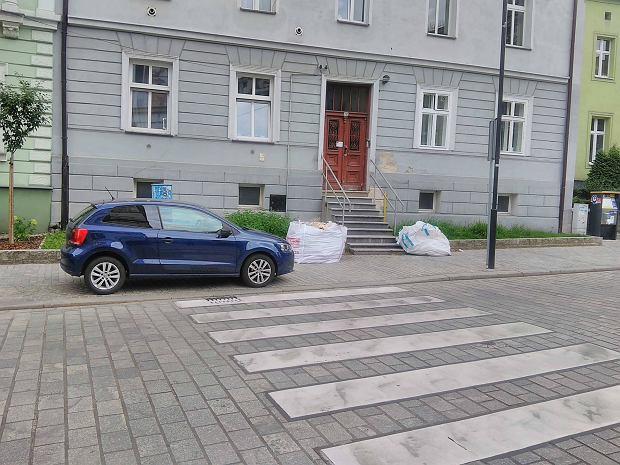 Zdjęcie numer 0 w galerii - Mistrzowie parkowania z Gliwic w sierpniu nie próżnowali. Kierowcy parkowali na chodnikach i przy przejściach dla pieszych [ZDJĘCIA]