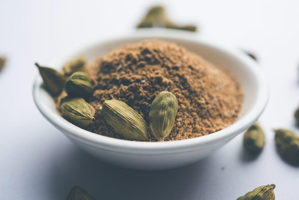 Kardamon to przyprawa, którą najlepiej kupić w strąkach. Zwykle sprzedawana jest w formie mielonej, jednak taka szybko traci swój wyjątkowy aromat.