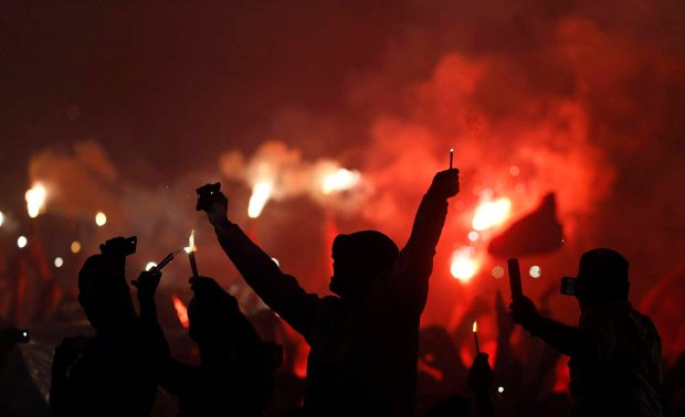Fans of Argentina's River Plate celebrate with flares at the start of their Copa Sudamericana final soccer match against Colombia's Atletico Nacional in Buenos Aires December 10, 2014.     REUTERS/Marcos Brindicci (ARGENTINA - Tags: SPORT SOCCER TPX IMAGES OF THE DAY) SLOWA KLUCZOWE: :rel:d:bm:GF2EACB0HFU01