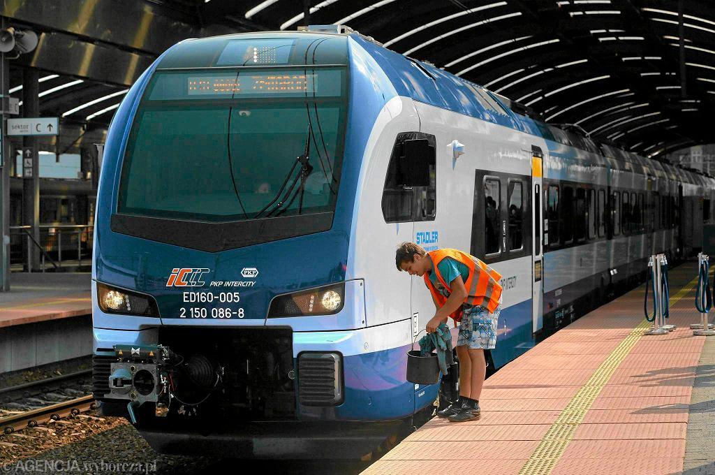 Jeden z pierwszych pociągów Flirt wyprodukowanych w siedleckiej fabryce Stadler-Polska podczas prezentacji na dworcu Olsztyn Główny w październiku 2015 r.
