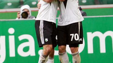Snajperzy w objęciu - Marek Saganowski i Orlando Sa w czasie meczu Legii z Koroną Kielce