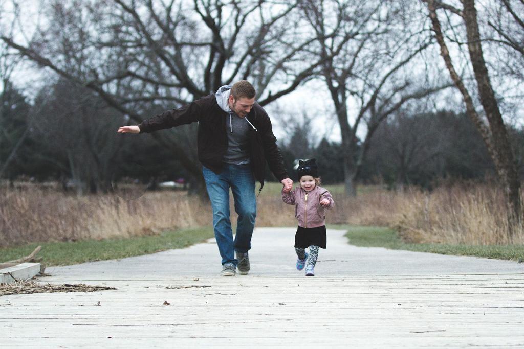 Wciąż brak wystarczającej literatury, z której ojcowie mogliby czerpać wiedzę na temat bycia rodzicem, zwłaszcza samotnym.