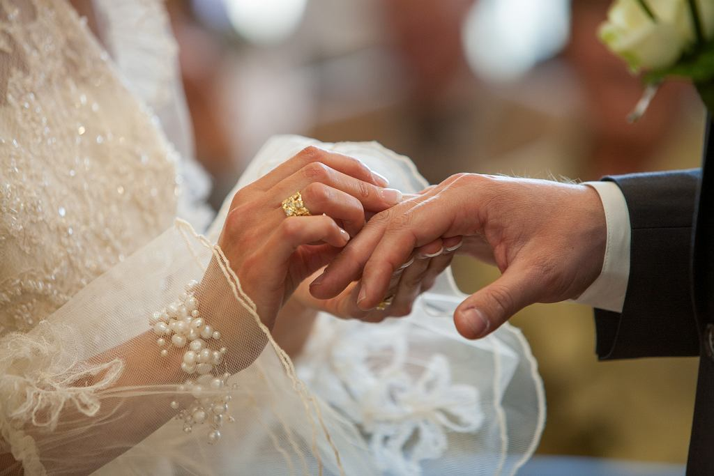 AAn,Unrecognizable,Bride,And,Groom,Exchanging,Of,The,Wedding,Rings
