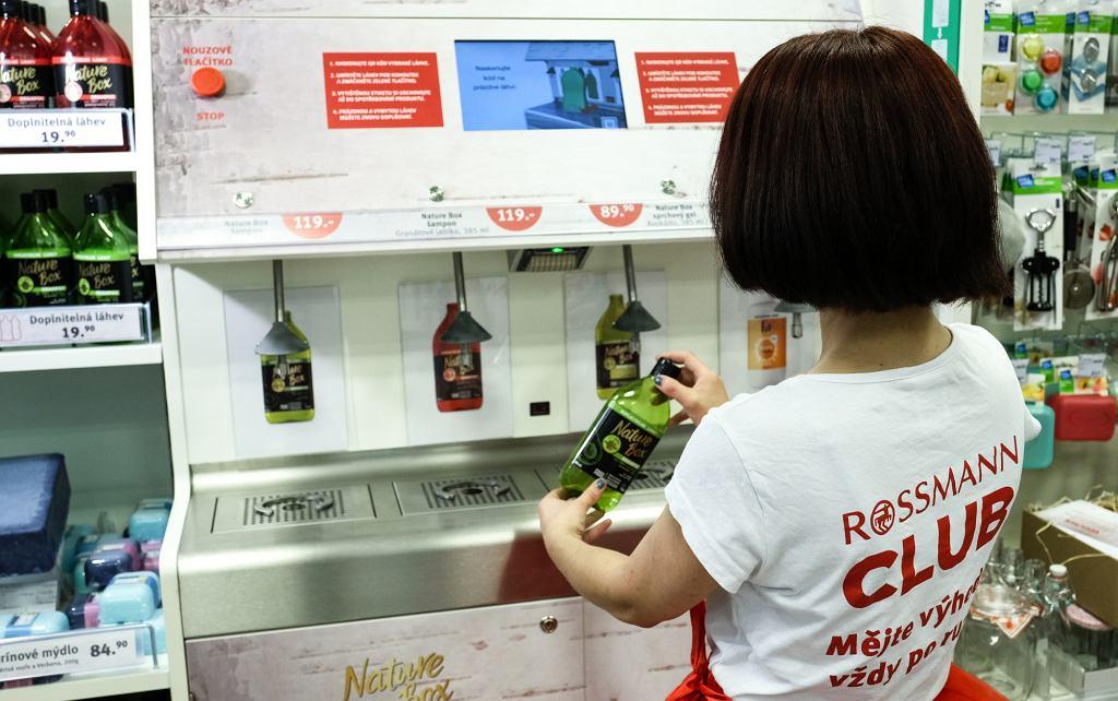 Automaty do napełniania butelek w czeskich sklepach Rossmann