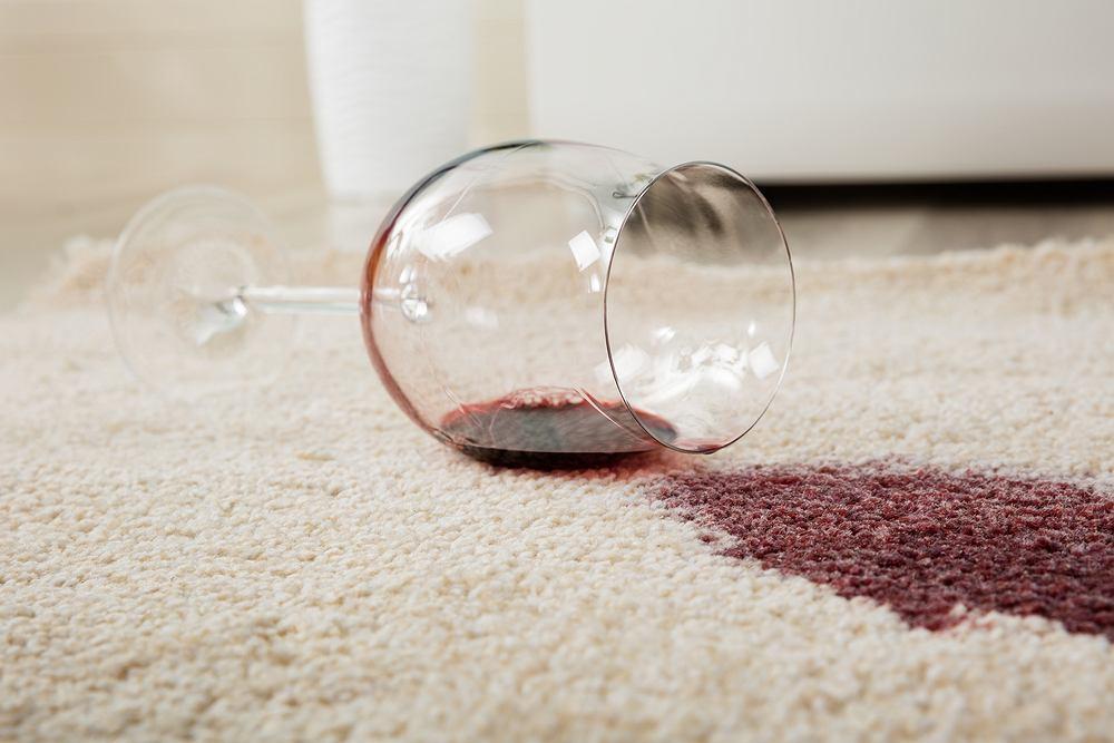 Jak usunąć plamy z krwi, wina i inne trudne zabrudzenia? Zdjęcie ilustracyjne
