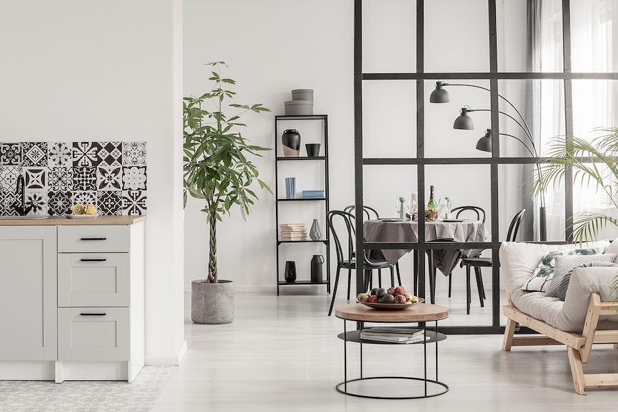 Czarne krzesło Thonet nr 14 w minimalistycznym, czarno-białym wnętrzu