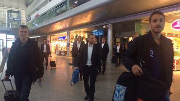 Piłkarze Lecha Poznań na lotnisku przed wylotem do Sarajewa na mecz eliminacji Ligi Mistrzów.