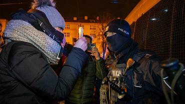 Strajk Kobiet. Protest w Bydgoszczy. Iwona Kozłowska pokazuje legitymację  poselską chcąc wejść do radiowozu. Tam przywleczony został jeden z młodych uczestników manifestacji.