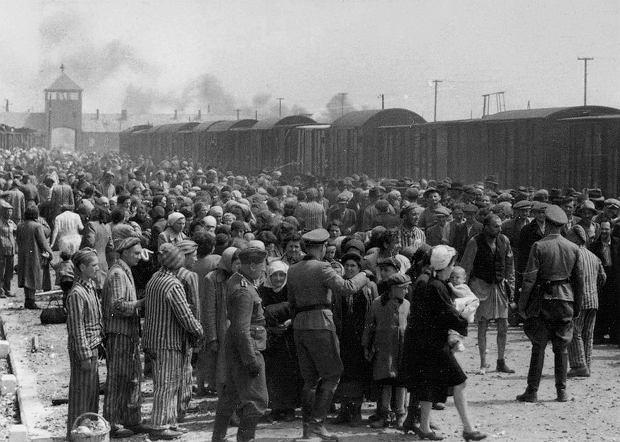 Transport więźniów do obozu Auschwitz-Birkenau (fot. Wikimedia Commons / domena publiczna)