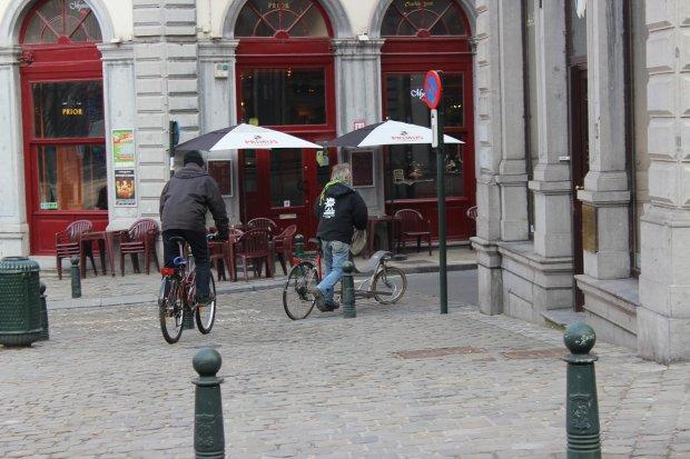 Rowerzyści na chodniku - Bruksela