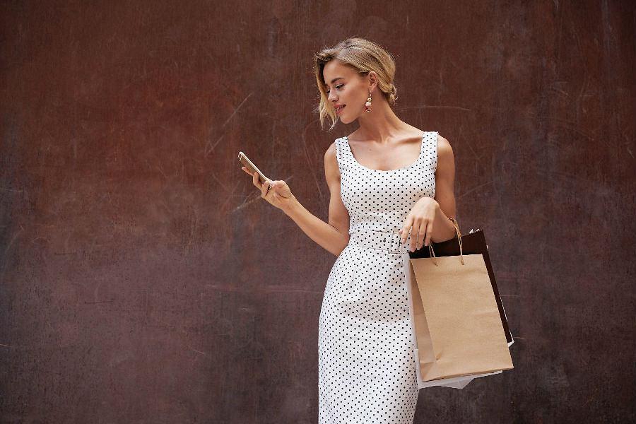 Sukienki w groszki - wybieramy najpiękniejsze modele ze sklepów