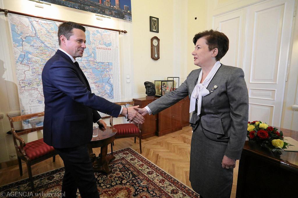 Hanna Gronkiewicz-Waltz przekazuje po 12 latach swój gabinet w ratuszu przy pl. Bankowym prezydentowi Warszawy Rafałowi Trzaskowskiemu (22 listopada 2018 r.)