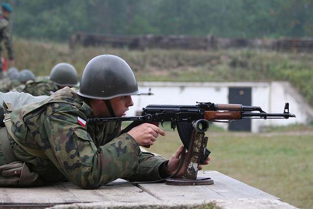 Żołnierz w hełmie typu 'orzeszek'