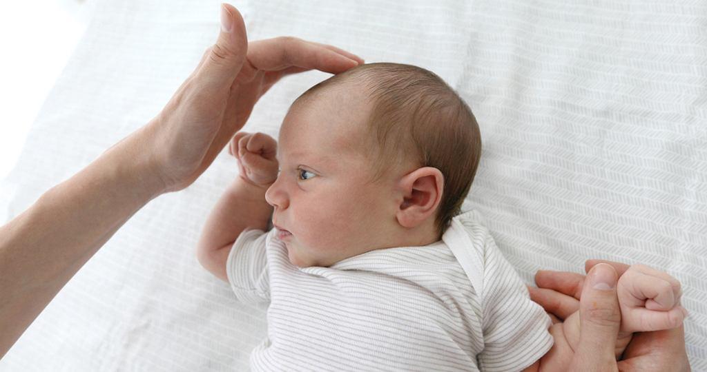 Ciemiączko - problemy, które niepokoją rodziców to m.in. ciemiączko tętniące (pulsujące), ciemiączko wypukłe i ciemiączko zapadnięte