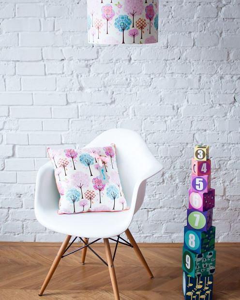 Stylowa lampa do pokoju dla dziecka w pięknym, kwiatowym wzorze