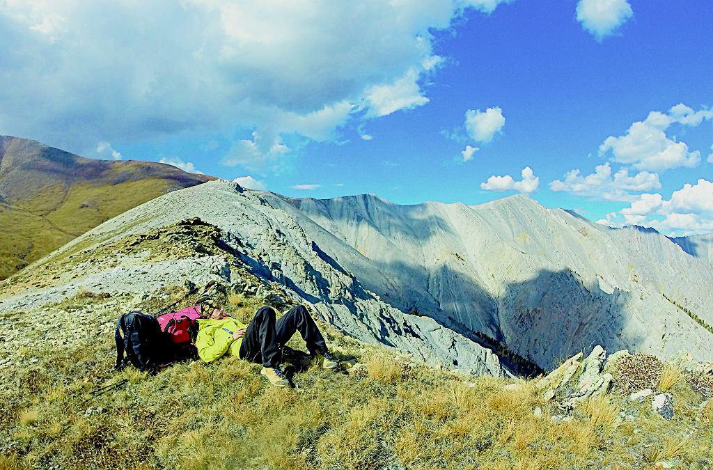 Chwila lenistwa i podziwiania górskich krajobrazów na północy Mongolii.