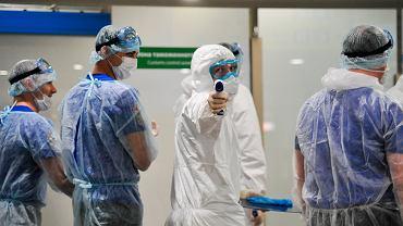 Personel medyczny na lotnisku Moskwa-Szeremietiewo.